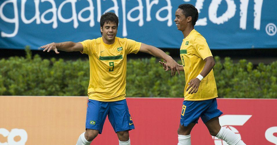 Henrique (esq.) abriu o placar para o Brasil contra a Argentina em Guadalajara
