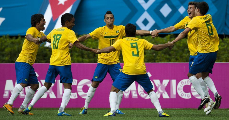 Time do Brasil faz roda para festejar o gol de Henrique contra a seleção argentina, no Pan de Guadalajara