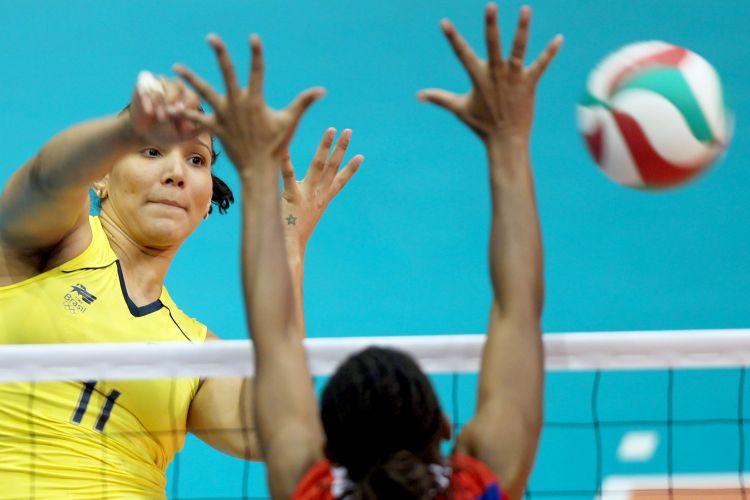 Tandara ataca contra o bloqueio cubano para fechar o terceiro set para o Brasil