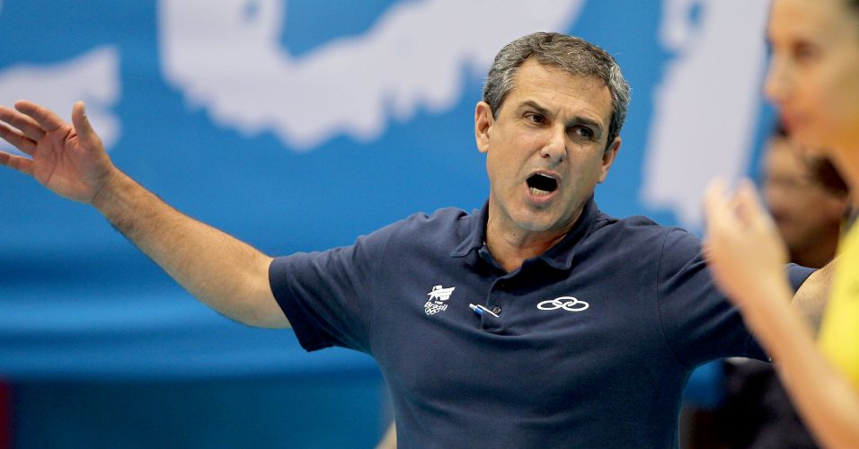 José Roberto Guimarães esbraveja com as brasileiras durante a vitória sobre Cuba por 3 sets a 2, que deu ouro para o Brasil