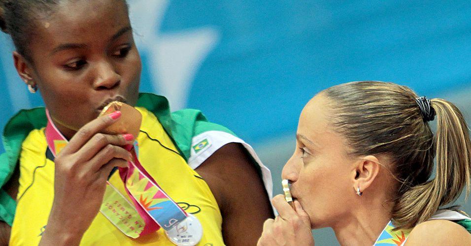 Fabiana e Fabi beijam a medalha de ouro após a vitória por 3 sets a 2 sobre Cuba