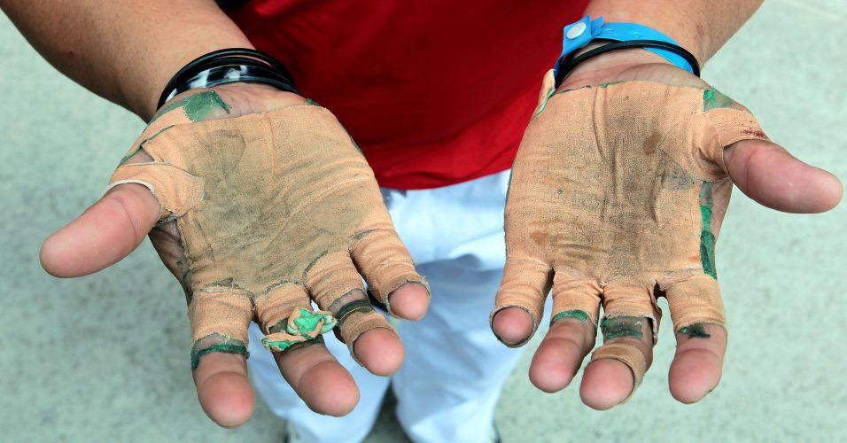Detalhe das mãos de jogador de pelota basca no Pan de Guadalajara após uma partida da modalidade