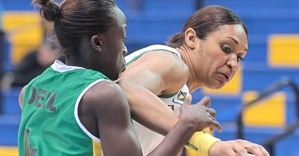 Iziane tenta escapar da marcação da jamaicana Zandria Dell na partida entre Brasil e Jamaica pelo Pan