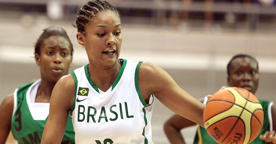 Damiris parte com a bola dominada contra a marcação da Jamaica em partida válida pela segunda rodada do Pan
