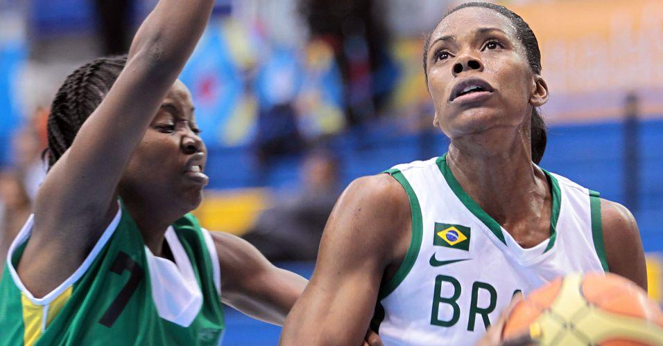 Izabela controla a bola contra a marcação jamaicana pela segunda rodada do basquete no Pan