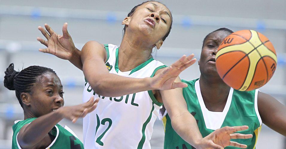Damiris disputa a posse de bola contra a marcação jamaicana na vitória do Brasil por 116 a 34