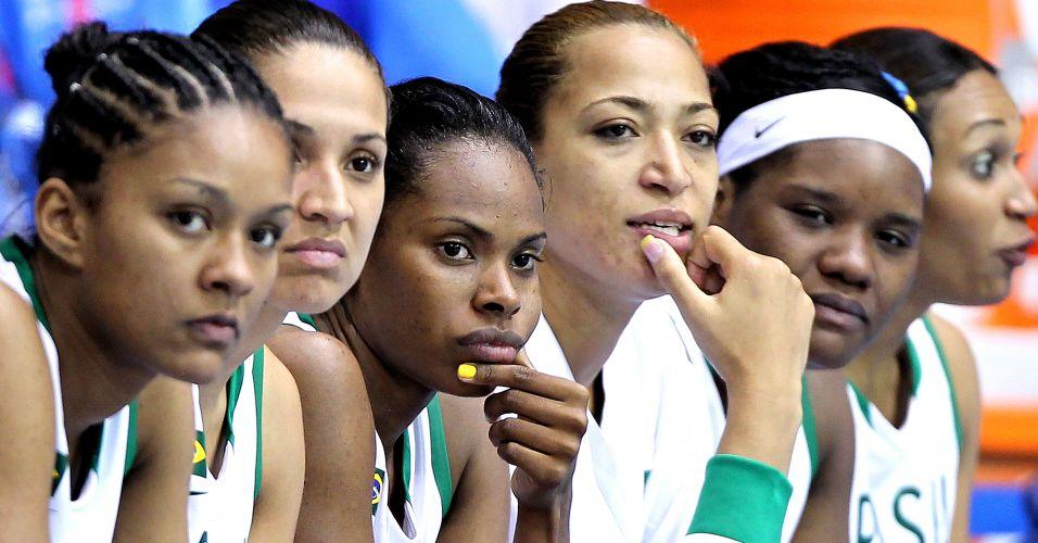 Jogadoras brasileiras observam do banco de reservas o final da partida em que o Brasil venceu a Jamaica por 116 a 34