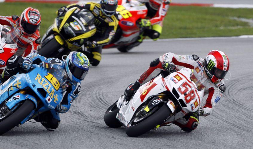 Marco Simoncelli (nº 58) contorna uma das curvas do circuito de Sepang no GP da Malásia de MotoGP. Pouco depois, piloto sofreu um gravíssimo acidente, foi levado de helicóptero para o hospital, mas não resistiu aos ferimentos e morreu (23/10/2011)