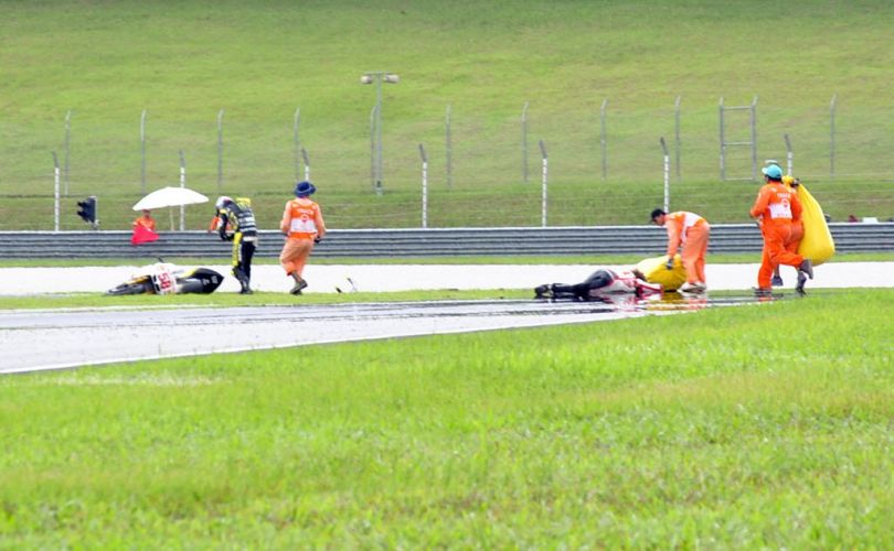 Após sofrer gravíssimo acidente, Marco Simoncelli ficou de bruços na pista, sem capacete. Piloto italiano foi socorrido e levado a um hospital, mas não resistiu aos ferimentos e morreu (23/10/2011)