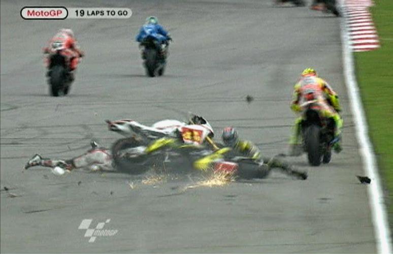 Marco Simoncelli sofreu gravíssimo acidente no início do GP da Malásia de MotoGP. Piloto italiano foi levado de helicóptero ao hospital, mas não resistiu aos ferimentos e morreu (23/10/2011)