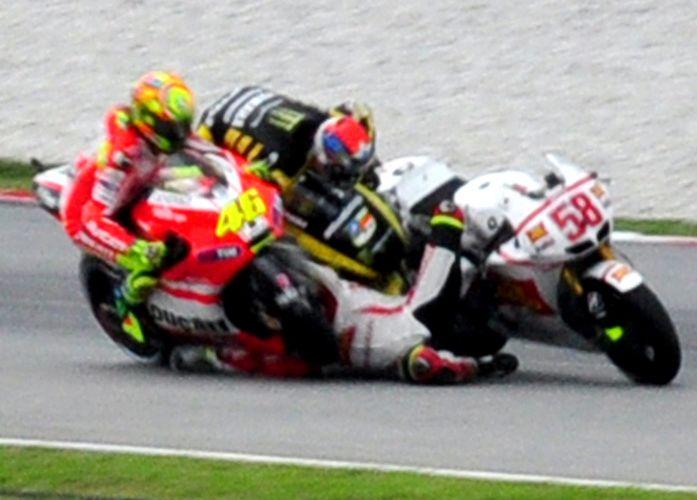 Imagem mostra o momento no qual as motos pilotadas por Colin Edwards e Valentino Rossi atingem Marco Simoncelli em cheio, em gravíssimo acidente no começo do GP da Malásia de MotoGP. Simoncelli, de 24 anos, foi levado de helicóptero a um hospital, mas não resistiu aos ferimentos e morreu (23/10/2011)