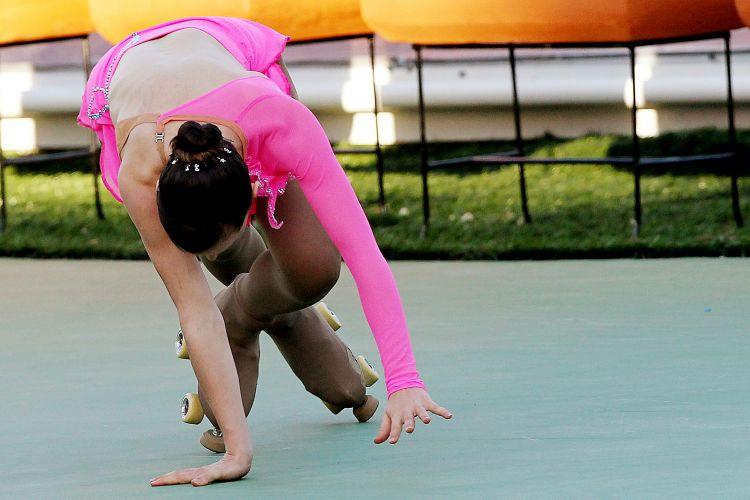 A brasileira Talitha Haas se desequilibra e cai em sua apresentação no primeiro dia da patinação artística no Pan
