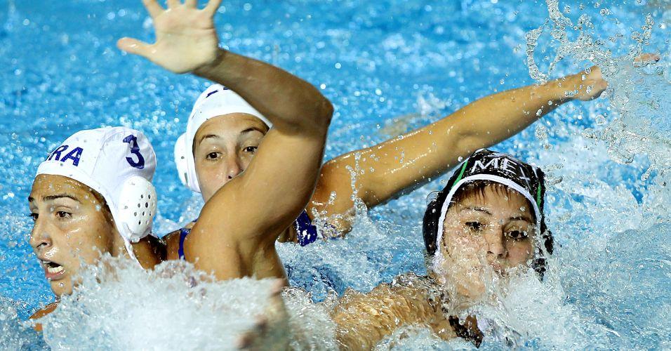Brasileiras disputam jogada com mexicana durante vitória do Brasil na estreia do polo aquático feminino