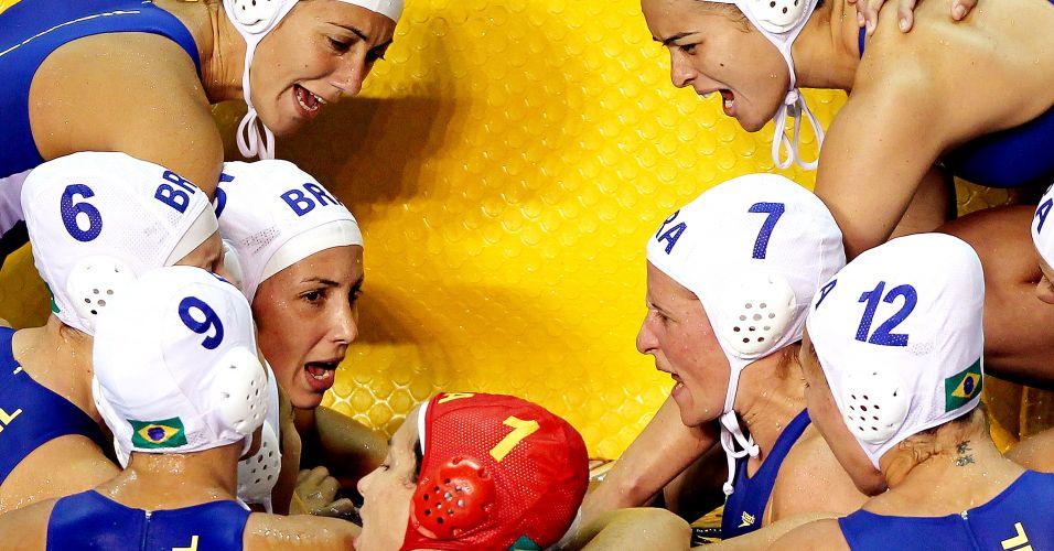 Jogadoras da seleção brasileira vibram durante vitória sobre o México na estreia do polo aquático no Pan