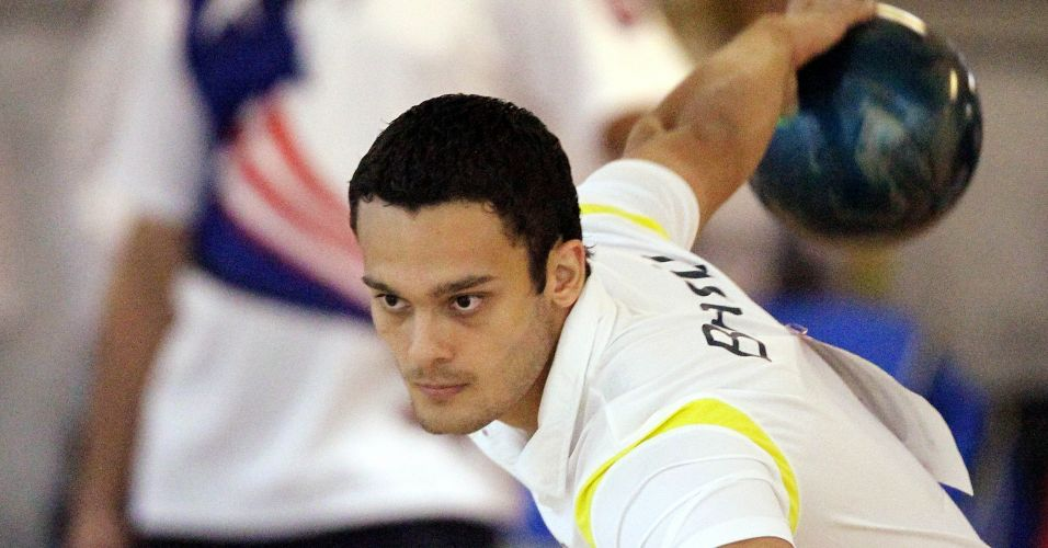 O atleta brasileiro Marcelo Suartz corre para mais uma jogada na disputa de duplas no boliche