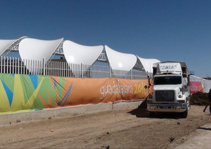 Oficialmente inaugurado há quatro dias antes do início das competições, o estádio de atletismo Telmex recebeu as primeiras provas nesta segunda-feira ainda recebendo os últimos retoques