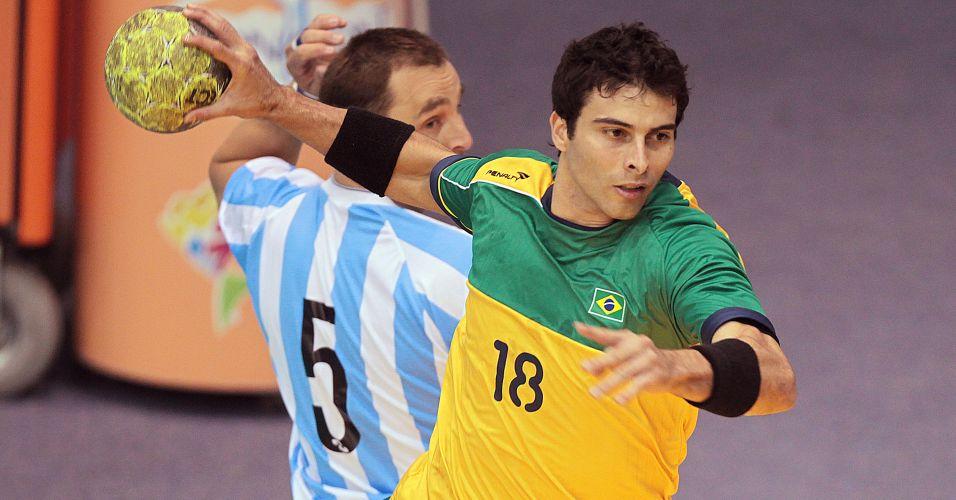 Borges arremessa e marca gol do Brasil na decisão do handebol masculino diante da Argentina
