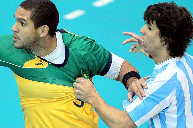 Argentino puxa a camisa de jogador brasileiro durante a final do handebol, nesta segunda-feira