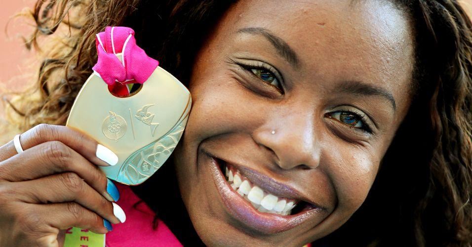 Orgulhosa, Rosângela Santos exibe a medalha de ouro conquistada na prova mais rápida do atletismo