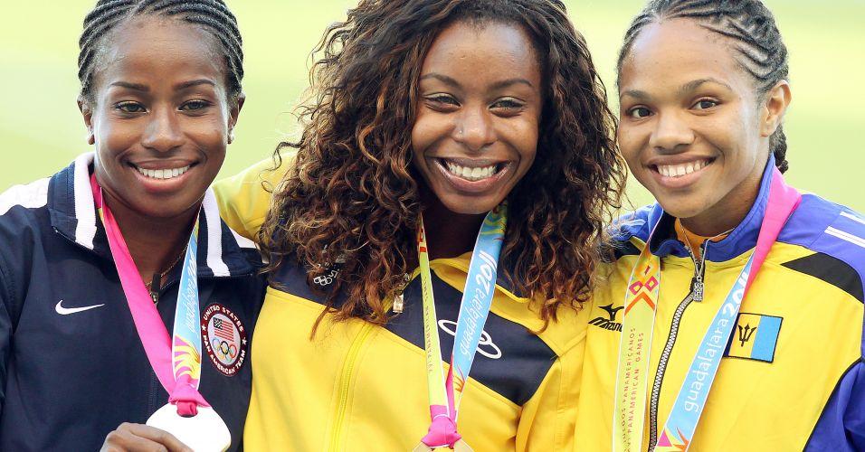 Rosângela Santos (centro) exibe a medalha ao lado da americana Barbara Pierre (esquerda), e da atleta de Barbados, Shakera Reece