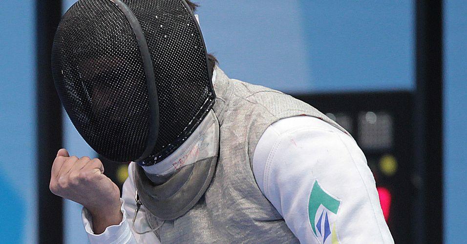 Brasileiro Guilherme Toldo vibra com vitória em um de seus confrontos na fase eliminatória do florete masculino