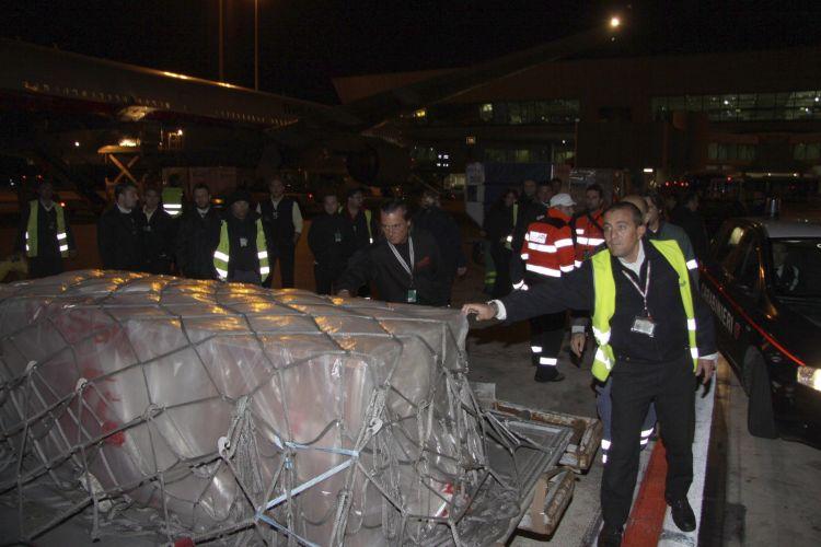 Funcionários cuidam do transporte do corpo de Marco Simoncelli, que foi levado para a cidade de Coriano, na região de Emilia Romagna