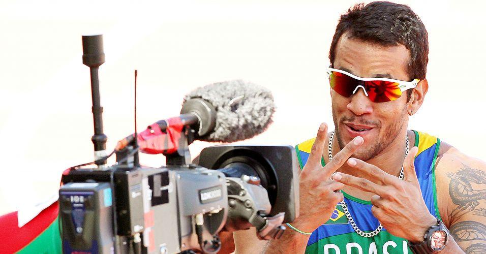 Brasileiro Bruno Lins acena para a câmera ao liderar preliminar dos 200 m; Sandro Viana também foi o melhor em sua prova