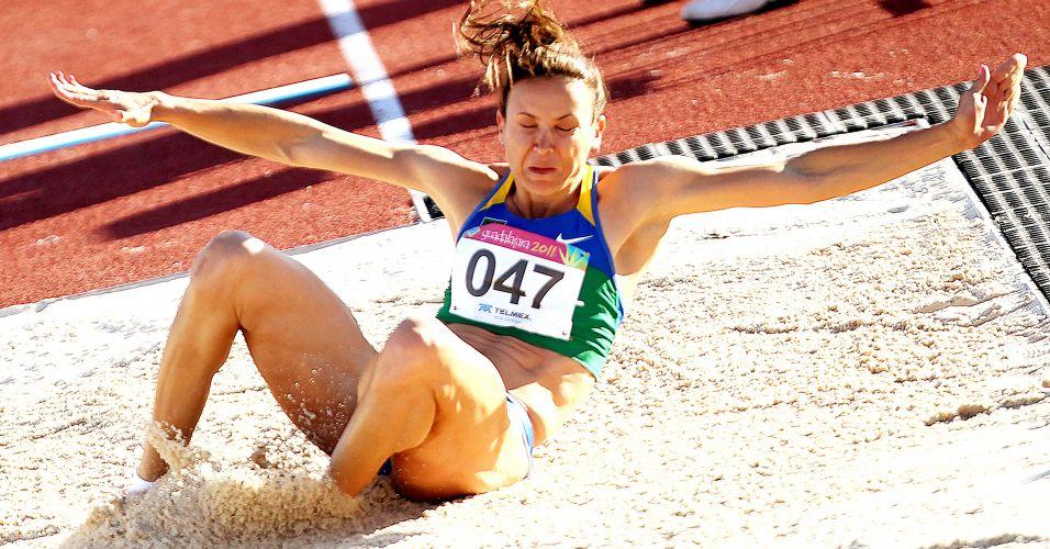 Maurren Maggi realiza salto de 6,94 m, seu melhor na temporada, durante a final do salto em distância no Pan; atleta faturou o ouro