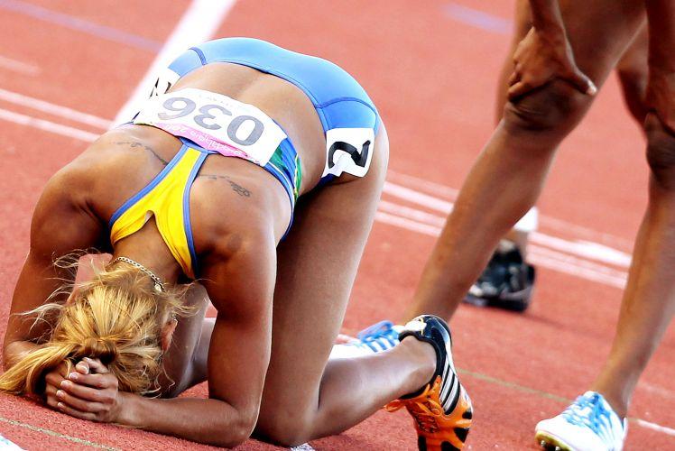 Lucimara Silvestre, bronze no Pan-2007, comemora o ouro em Guadalajara, ao dominar o heptatlo; atleta mostra exaustão na chegada dos 800 m, última prova