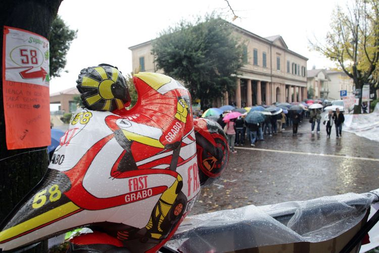 Centenas de pessoas foram ao teatro municipal da cidade italiana de Coriano para acompanhar o velório de Marco Simoncelli. O piloto morreu no domingo após sofrer um gravíssimo acidente no GP da Malásia de MotoGP