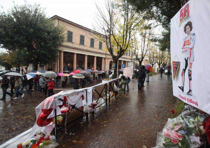 Centenas de pessoas não se importaram com a chuva e formaram fila para último adeus a Marco Simoncelli. Corpo do piloto italiano está sendo velado na cidade italiana de Coriano, na qual vive sua família