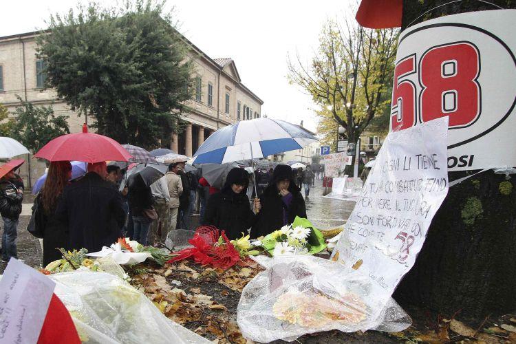 A chuva não impediu que centenas de fãs formassem fila para acompanhar velório de Marco Simoncelli e dar adeus ao piloto. Corpo do piloto italiano está sendo velado no teatro municipal de Coriano, cidade italiana na qual vive sua família