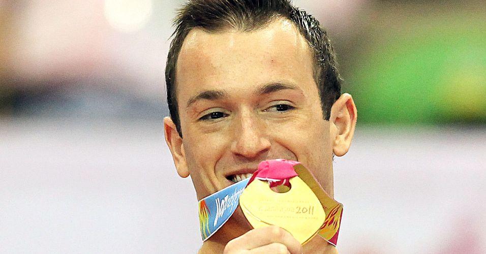 Diego Hypolito exibe a sua medalha de ouro na cerimônia de premiação do solo