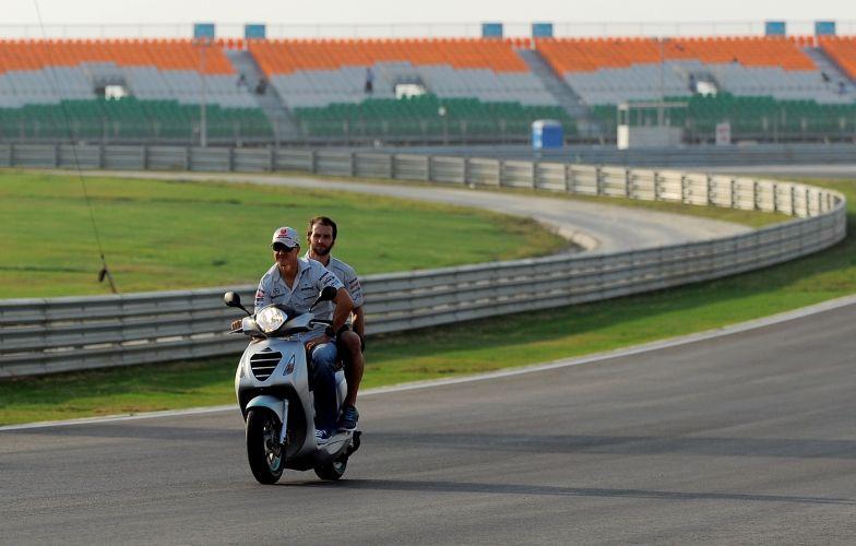 Michael Schumacher anda de moto pelo circuito de Buddh para conhecer mais detalhes da pista, que pela primeira vez sediará uma corrida de Fórmula 1
