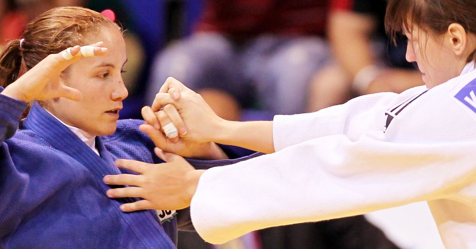 Maria Portela tenta escapar de ataque da rival norte-americana na disputa do bronze