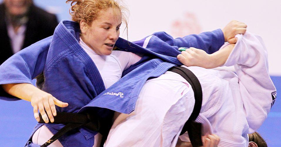 Maria Portela tenta escapar ao ser puxada pelo quimono em luta pelo bronze