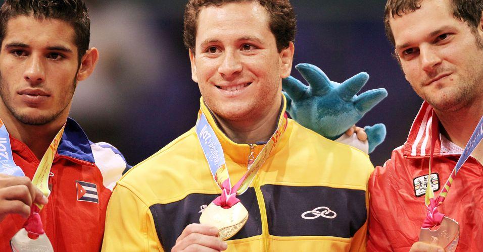 Tiago Camilo exibe medalha de ouro na premiação do judô no Pan de Guadalajara