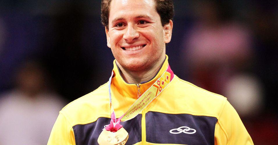 Tiago Camilo mostra a medalha de ouro conquistada nos Jogos Pan-Americanos de Guadalajara na categoria até 90 kg