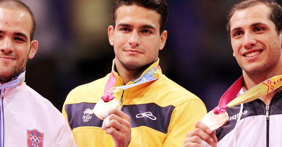 Leandro Guilheiro recebe medalha de ouro na cerimônia de premiação do judô no Pan