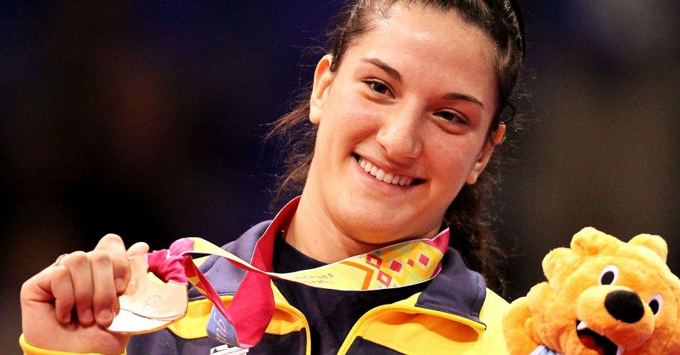 Mayra Aguiar exibe a medalha de bronze conquistada no Pan de Guadalajara após ippon