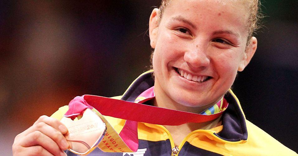Maria Portela mostra sua medalha de bronze conquistada nos Jogos Pan-Americanos de Guadalajara