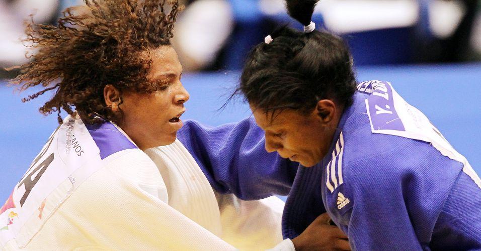 Rafaela Silva (de branco) ficou com a medalha de prata ao ser derrotada na final pela cubana Yurisleidys Lupetey, na categoria até 57kg
