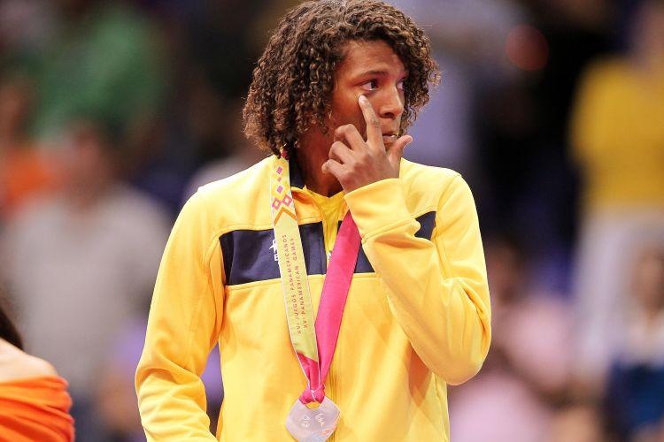 Rafaela Silva, medalha de prata na categoria até 57kg, chora no pódio