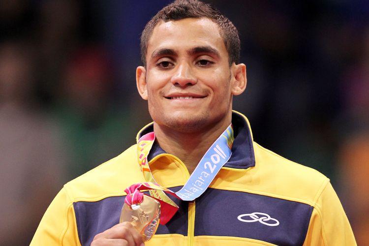 Bruno Mendonça sorri ao receber a medalha de ouro