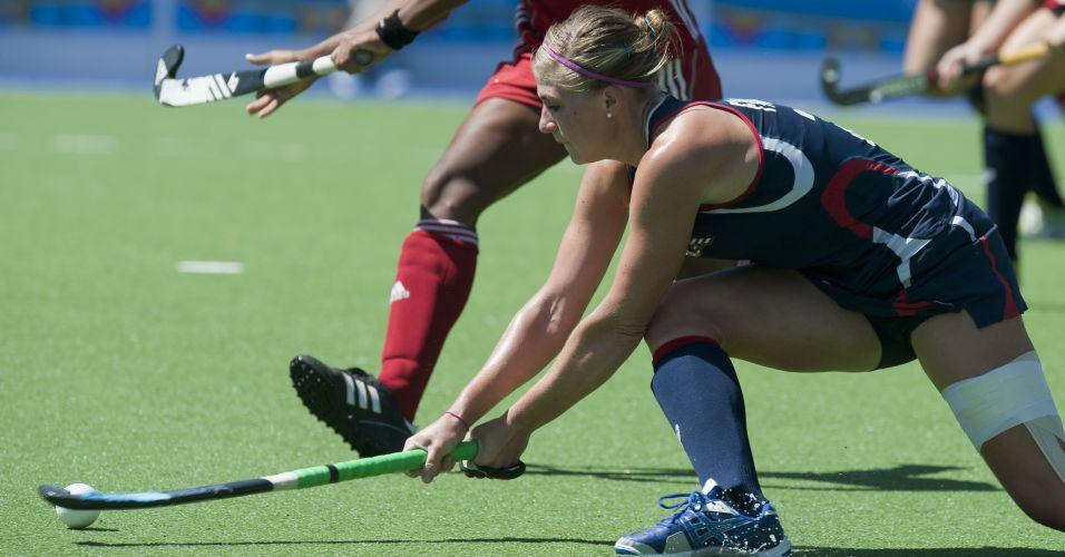 Katelyn Falgowski controla a bola durante o jogo contra Cuba