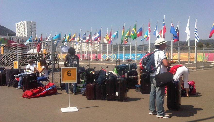 As malas dos atletas se acumularam na espera pelos ônibus que os levarão ao aeroporto