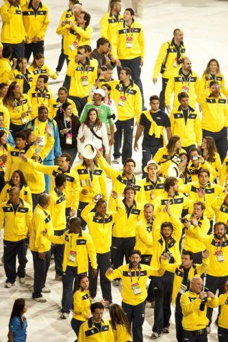 Atletas brasileiros entram no estádio para participar da festa de encerramento, tradicionalmente menos formal que a abertura