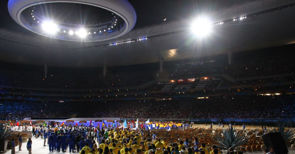 Atletas de diferentes nacionalidades invadem o estádio Omnlife, palco da despedida do Pan, com muita animação