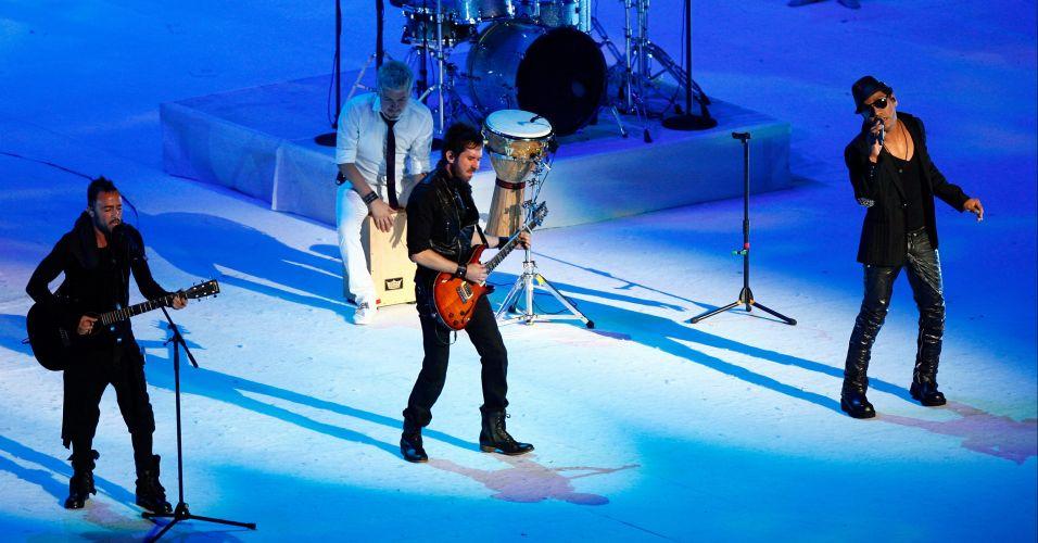 Banda pop Camila faz show durante festa de encerramento do Pan-2011, no estádio Omnlife