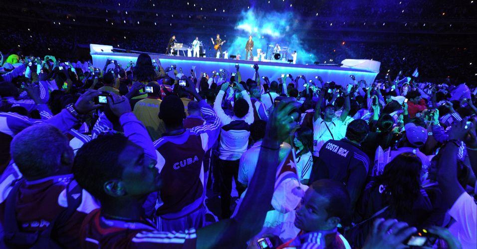 Atletas de diferentes nacionalidades curtem show durante cerimônia de encerramento do Pan-2011